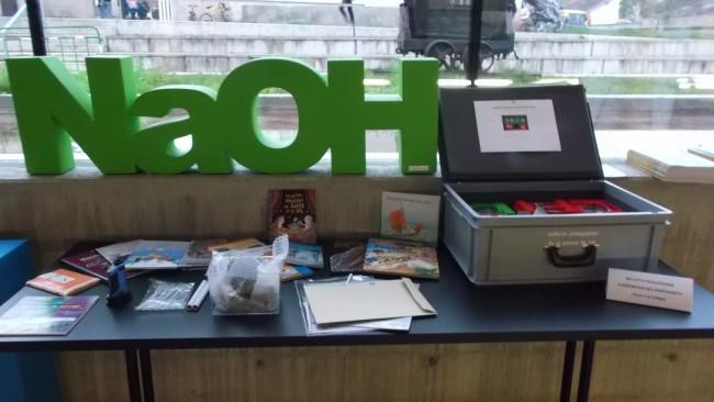 """contenu de la mallette pédagogique """"Le Sel en Lorraine"""" présenté sur une table, on y trouve des livres, du matériel scientifique pour découvrir le sel de lorraine."""